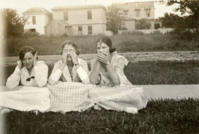 3-girls-monkeys-early-20s-allie-autry-126